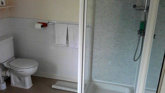 Wensum Guest House: this is the shared bathroom I was using - clean & spacious
