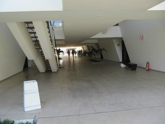 Grand Sirenis Riviera Maya Resort & Spa: hallway of buildings