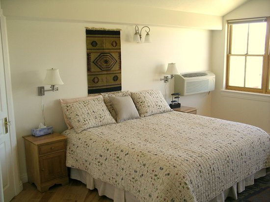 Torrey Schoolhouse: Chinle Room bed