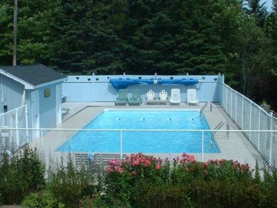 Mountain Top Cottages & Campground: Heated Pool