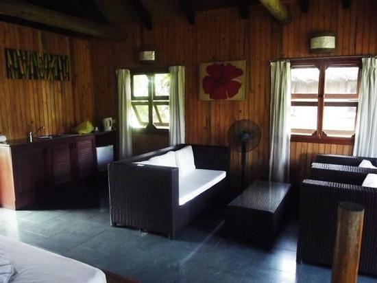 Uprising Beach Resort: Lounge and kitchen