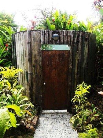 Uprising Beach Resort: Outdoor shower