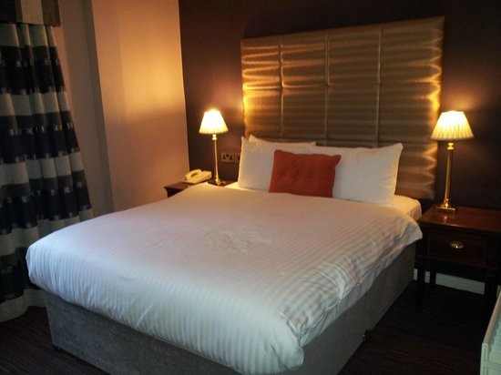 Forster Court Hotel: A very comfortable bed and lovely decor and lighting