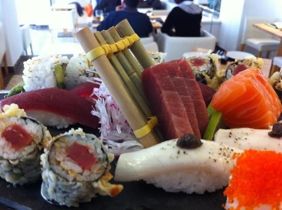 Óleo Restaurante: variado de sushi.