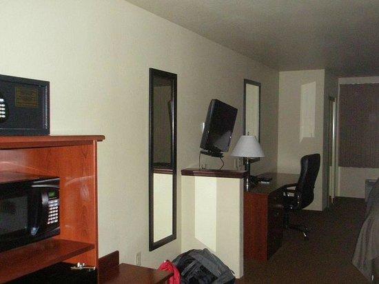 Sleep Inn & Suites: Desk, TV closet