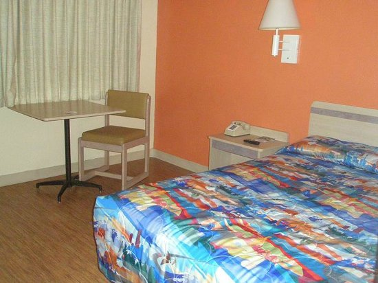 Motel 6 Holbrook: Basic room, table and chair