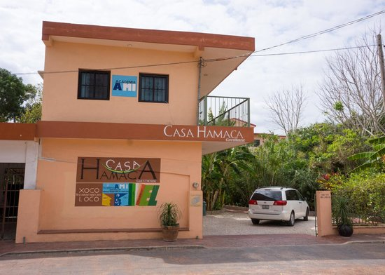Casa Hamaca Guesthouse: Street entrance - the hotel is behind this building