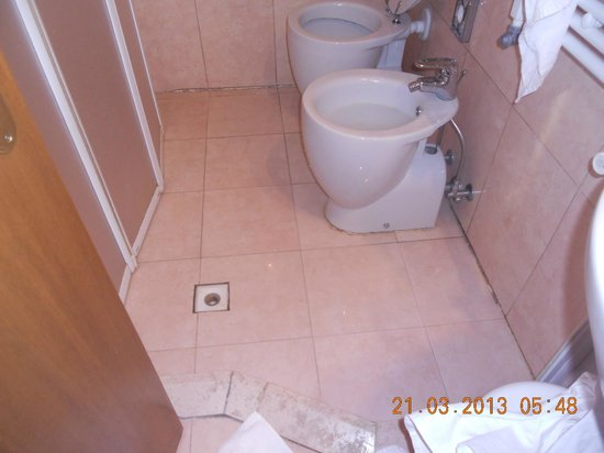 Hotel La Forcola: Toilet and Shower combined