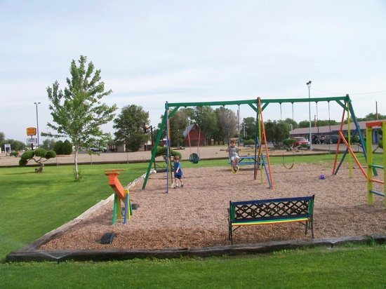 Blue Spruce Motel: playground are in front of motel