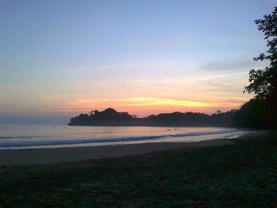Cabinas Punta Uva: la playa  a los 5 a.m.