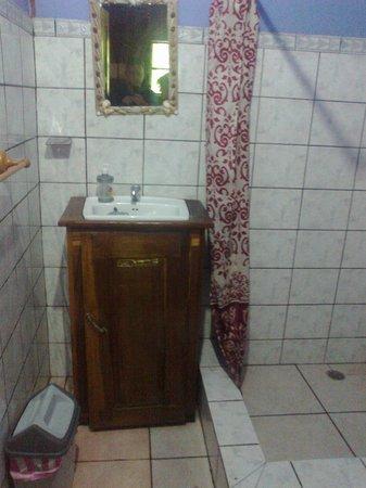 Cabinas Punta Uva: baño muy limpio