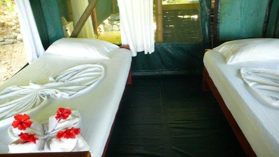 La Leona Eco Lodge: Beds in tent