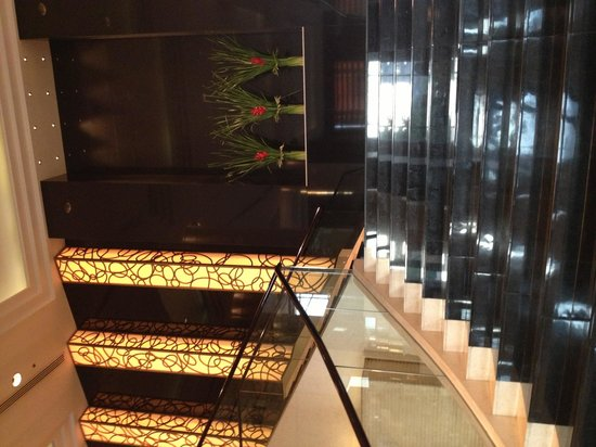 Radisson Blu Cebu: grand stairway