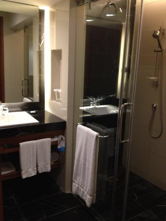 Radisson Blu Cebu: spacious bathroom