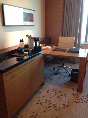 Radisson Blu Cebu: business table