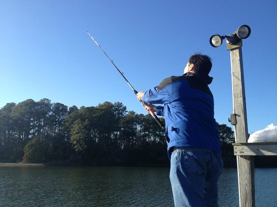 King's Creek Inn: Husband fishing on dock