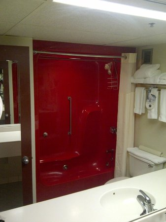 Holiday Inn  Panama City: The big red shower/jetted tub