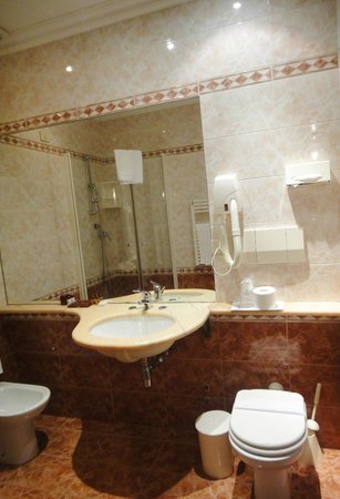 Hotel Genio: Bathroom