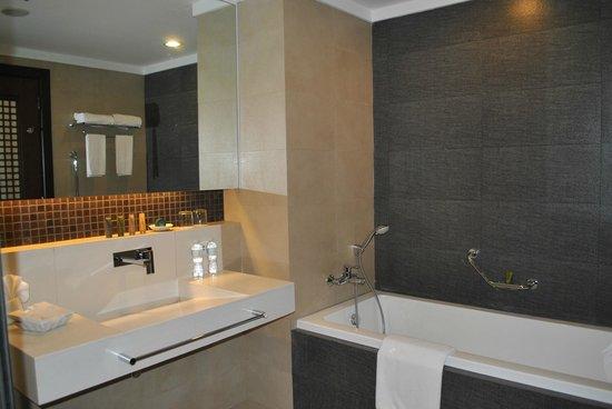 The Bellevue Resort Bohol: relaxing bath tub