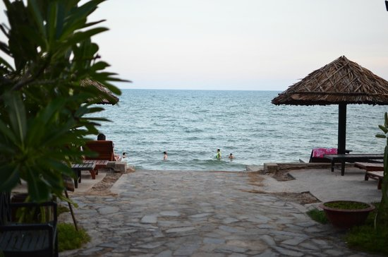 Riva Beach Resort: The ocean seen from the pool
