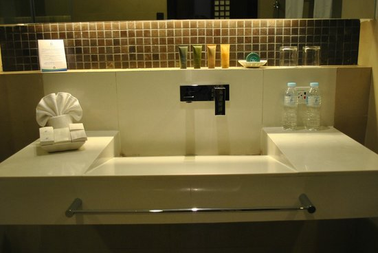 The Bellevue Resort Bohol: uniquely designed bathroom, shower and wash room - complete with amenities