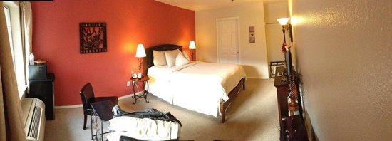 Leavenworth Village Inn: View of our room facing bathroom