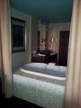 El Monte Sagrado: Bathtub open to the entire room (with curtains)