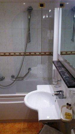 Hotel President: Shower