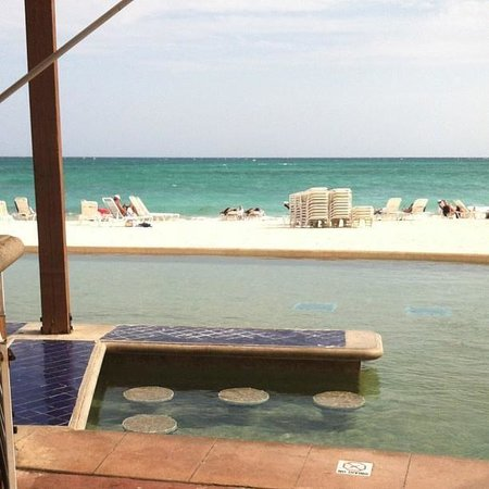 Grand Lucayan, Bahamas: Hammerhead's pool bar