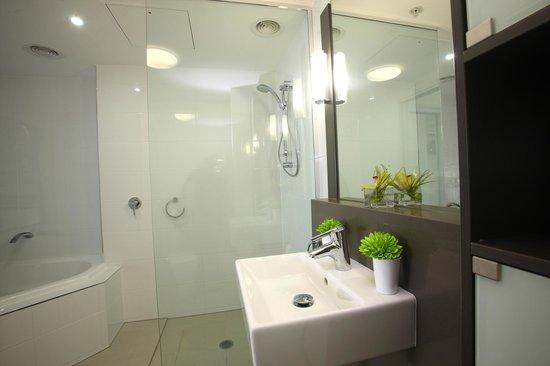Monaco: Bathroom