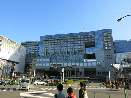Hotel Granvia Kyoto: The hotel from across the street, taxi rank in the foreground
