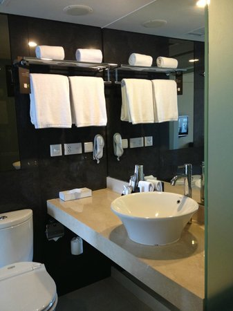 Pullman Jakarta Indonesia: Adequate bathroom supplies for 2