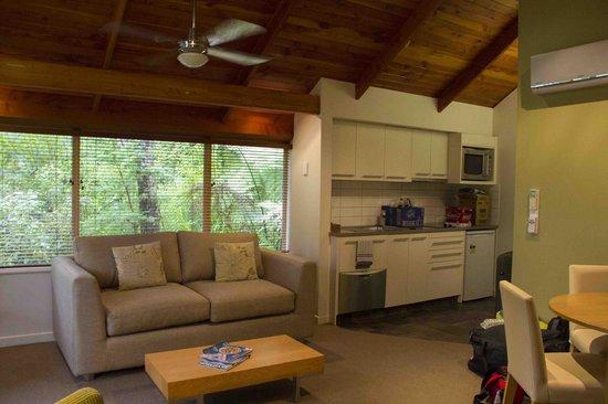 Grand Mercure Puka Park Resort: Kitchen and living room