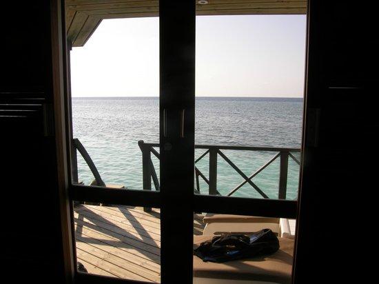 Kuredu Island Resort & Spa: Aussicht von der Wasservilla aufs Meer