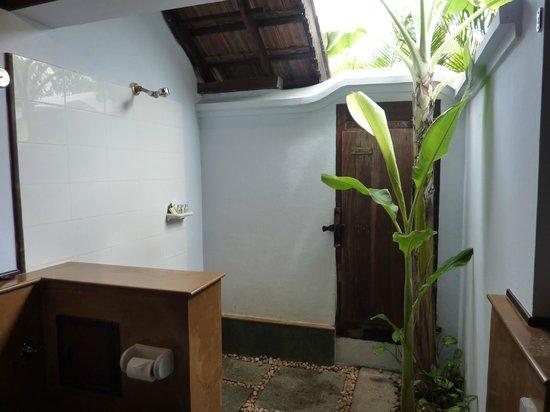 Kumarakom Lake Resort : salle de bain semi-ouverte
