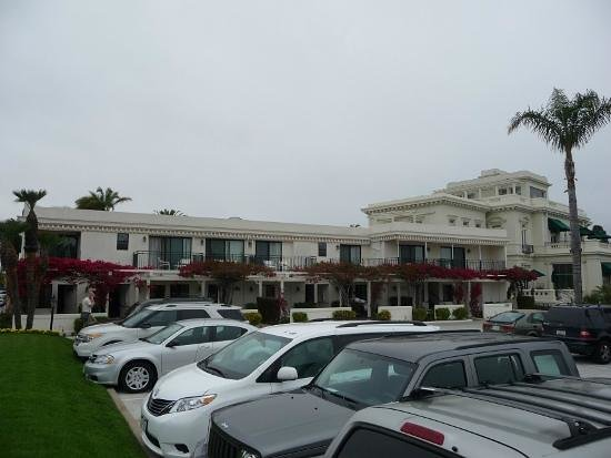 Glorietta Bay Inn: Street view of the hotel