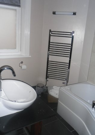 The Duke of Edinburgh Hotel: Superior Double - Nice bathroom with BIG bath towels...