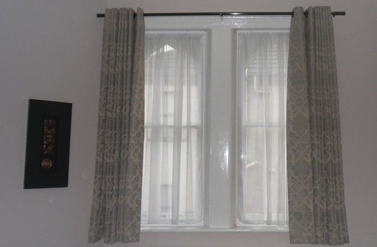 The Duke of Edinburgh Hotel: Superior Double - original windows look lovely...