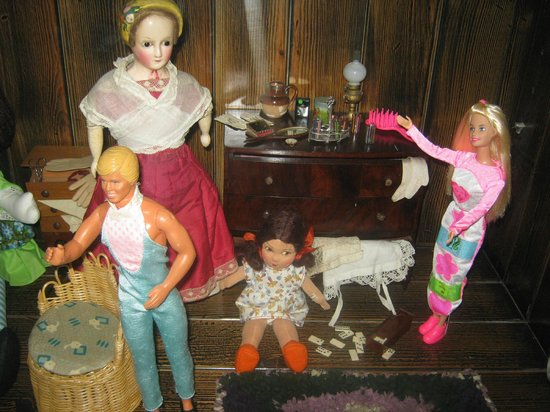 Hove Museum and Art Gallery: More dolls
