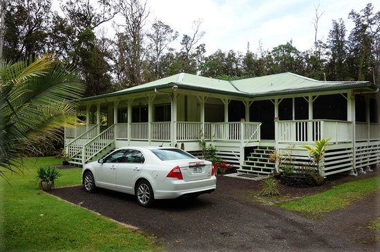The Ohia House: Guest's parking and 2 entrances (owners on the left and guests' on the right)