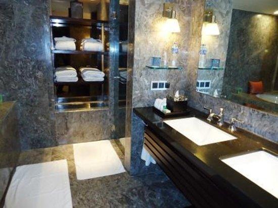 Mandarin Oriental, Jakarta: Salle de bains avec baignoire profonde et grande douche à l'italienne.