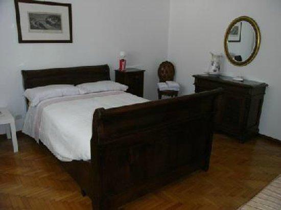 Camera Da Letto Matrimoniale In Francese : Matrimoniale con letto alla francese foto di b&b camere in villa
