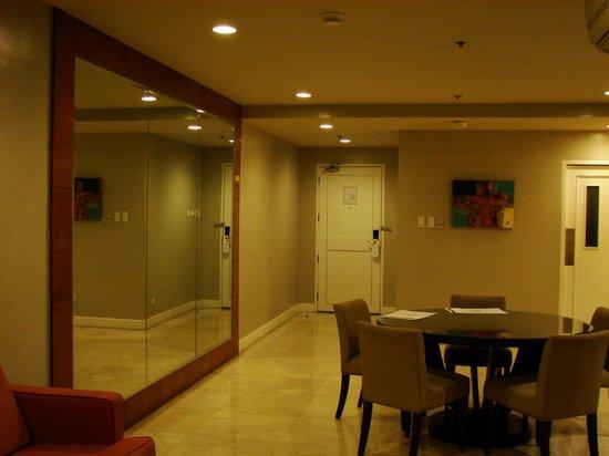 โรงแรมเดอะลินเดน สวีท มะนิลา: Living and dining in 3 bed suite