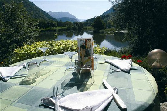 une tr s belle terrasse au bord de l 39 eau photo de la cabane du pecheur la tour tripadvisor. Black Bedroom Furniture Sets. Home Design Ideas