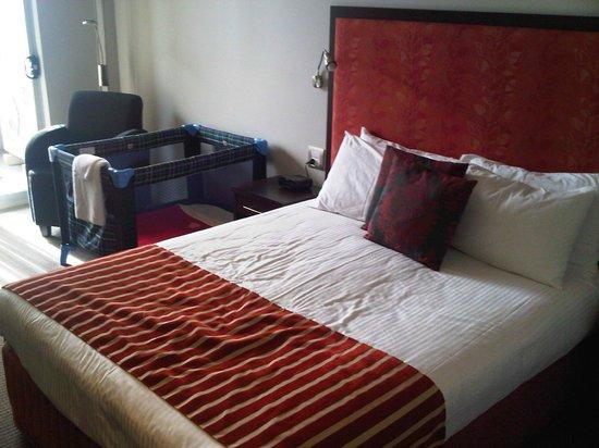Mercure Centro Port Macquarie: Bed & cot