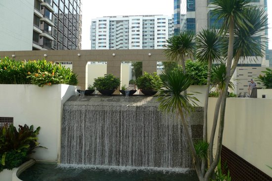 Carlton Hotel Singapore: Waterfall next to Swimming Pool in the hotel grounds