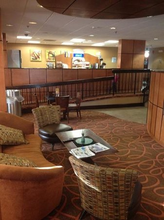 Holiday Inn Express Burlington : view from the dining area to the breakfast bar