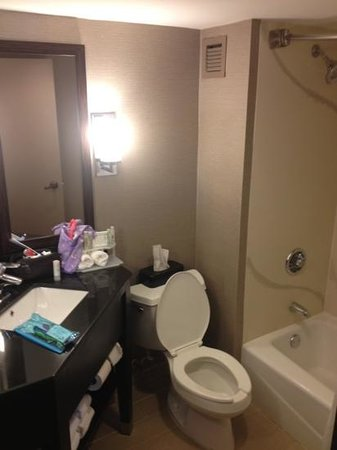 Holiday Inn Express Burlington: small but modern bathroom