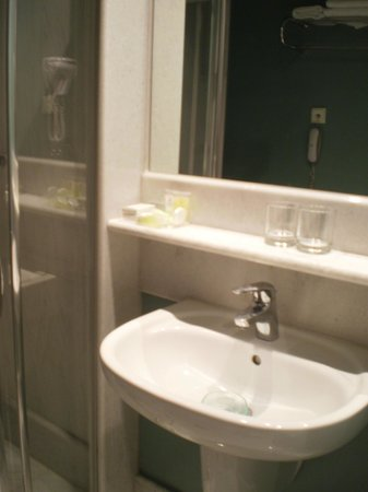 City Hotel Thessaloniki: option of the bathroom