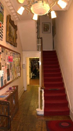 Embassie Independent Hostel: Hall Way